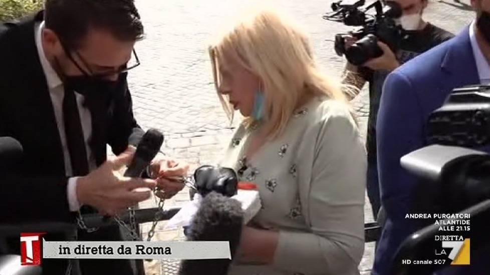 Sandra Milo sfida Conte e si incatena davanti a Palazzo Chigi
