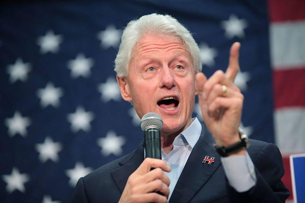 """Un libro rivela: """"Clinton era l'amante della collaboratrice di Epstein"""""""