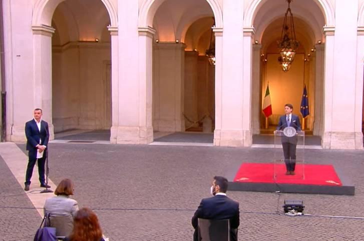 """La figuraccia di Casalino mentre parla Conte. Luca Bizzarri: """"Si è messo nell'inquadratura. Tutto ridicolo"""""""