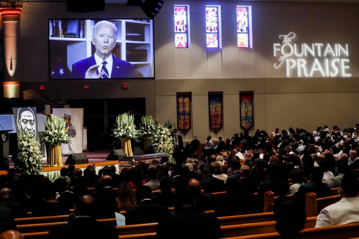 """L'ultimo addio a Floyd. E Biden va all'attacco: """"Ora giustizia razziale"""""""