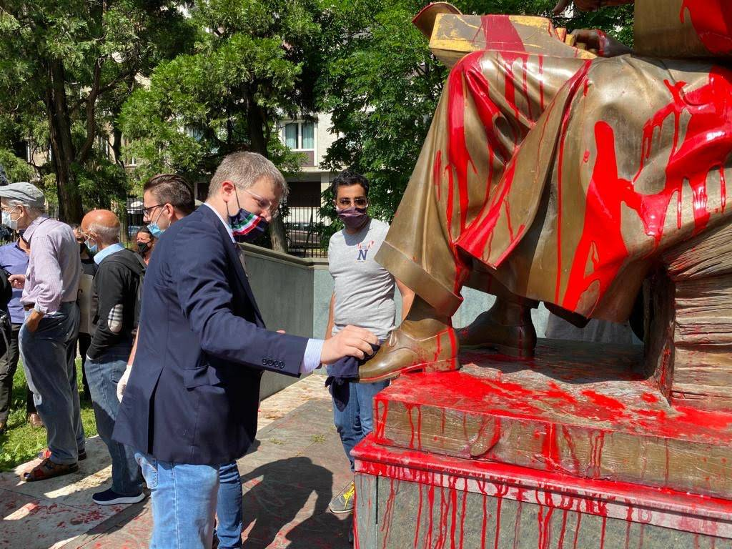 Milano, FdI pulisce la statua di Montanelli imbrattata dai vandali