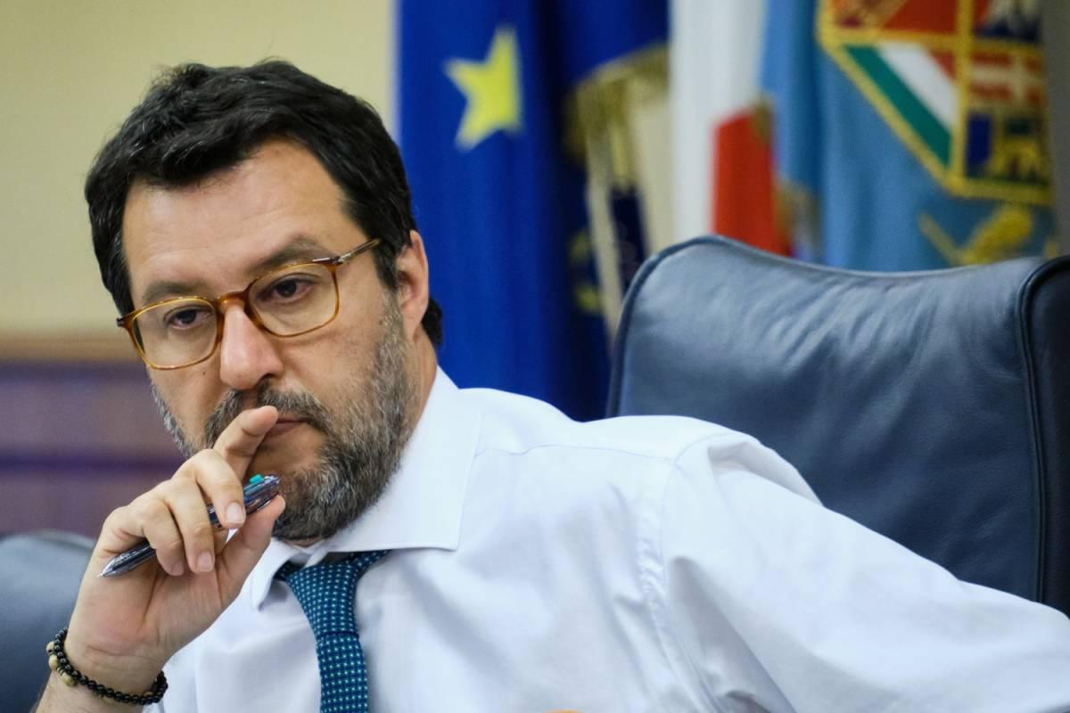 """Bloccato taglio ai vitalizi, l'ira di Salvini: """"Vergognoso e disgustoso"""". E poi smaschera il Pd"""