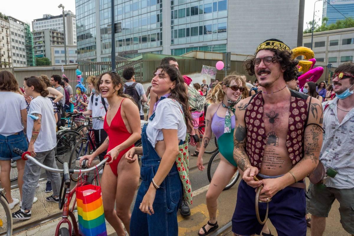A Milano sfila l'orgoglio gay (senza mascherina e distanze)