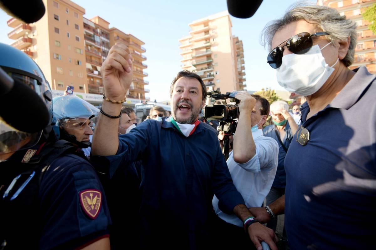 Salvini a Mondragone: sassi e cariche