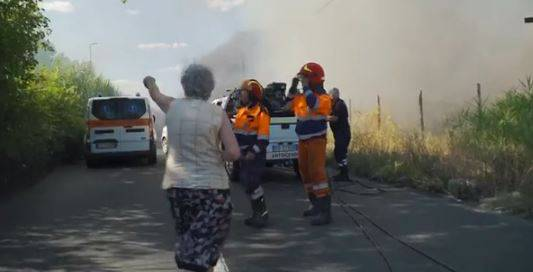 Roma, in fiamme campo nomadi: vigili del fuoco presi a sassate dai rom