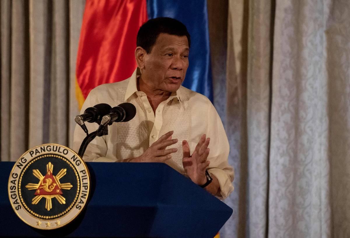 """L'ultima di Duterte: """"Disinfettate le mascherine con la benzina"""""""