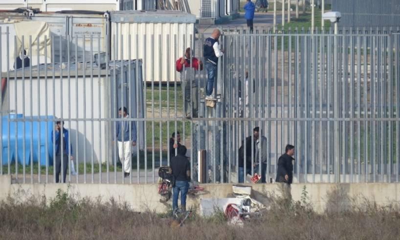 Caltanissetta, fuga dal Cara: 125 migranti rintracciati su 184