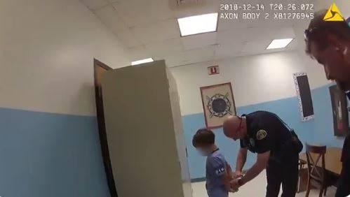 Usa, polizia arresta bambino a scuola: scoppia la polemica per un video di due anni fa