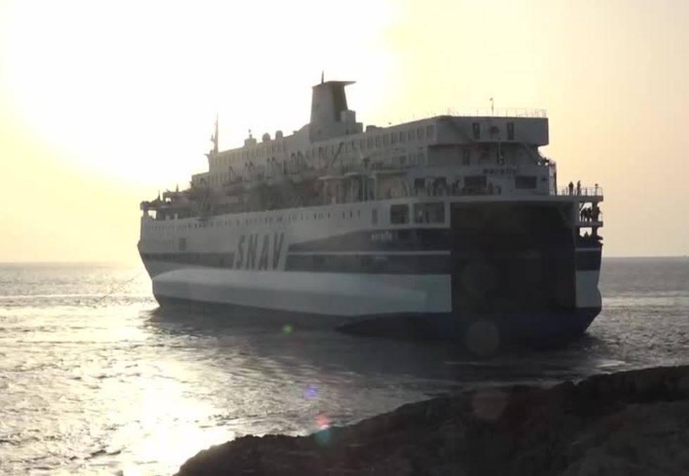 Nessuno vuole la nave quarantena: anche Augusta chiude ai migranti. Poi la retromarcia