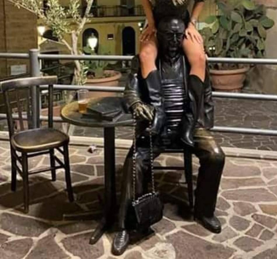 Quella foto a cavalcioni sulla statua di Camilleri che scatena le polemiche