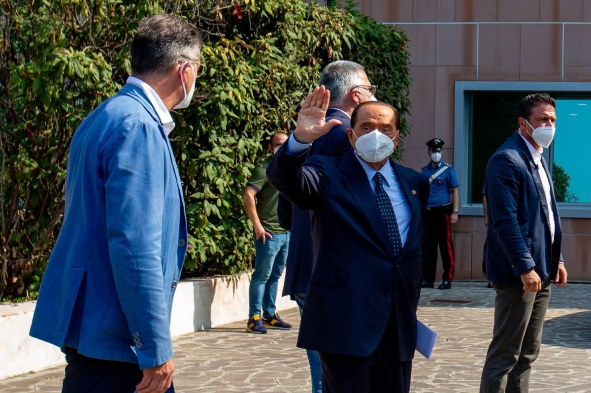 Berlusconi in isolamento vota da Arcore. E incita i suoi a recarsi ai seggi