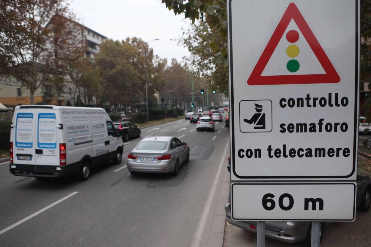 """Cellulare col semaforo rosso? Così scatta la """"maxi sanzione"""""""