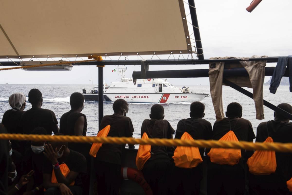 """Il """"regalo"""" buonista di Conte: vitto e alloggio per i migranti"""