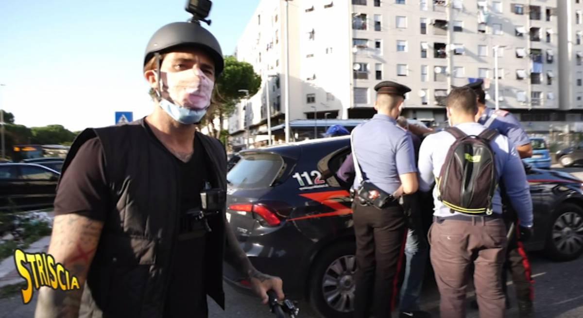 Vittorio Brumotti accerchiato e minacciato dai pusher in centro a Pisa