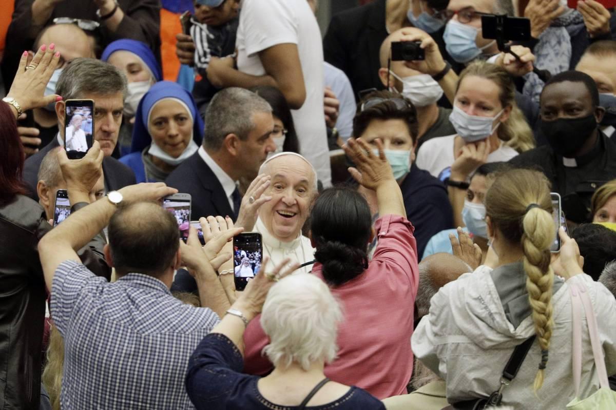 """Bergoglio il """"trasgressore"""": all'udienza senza protezioni"""