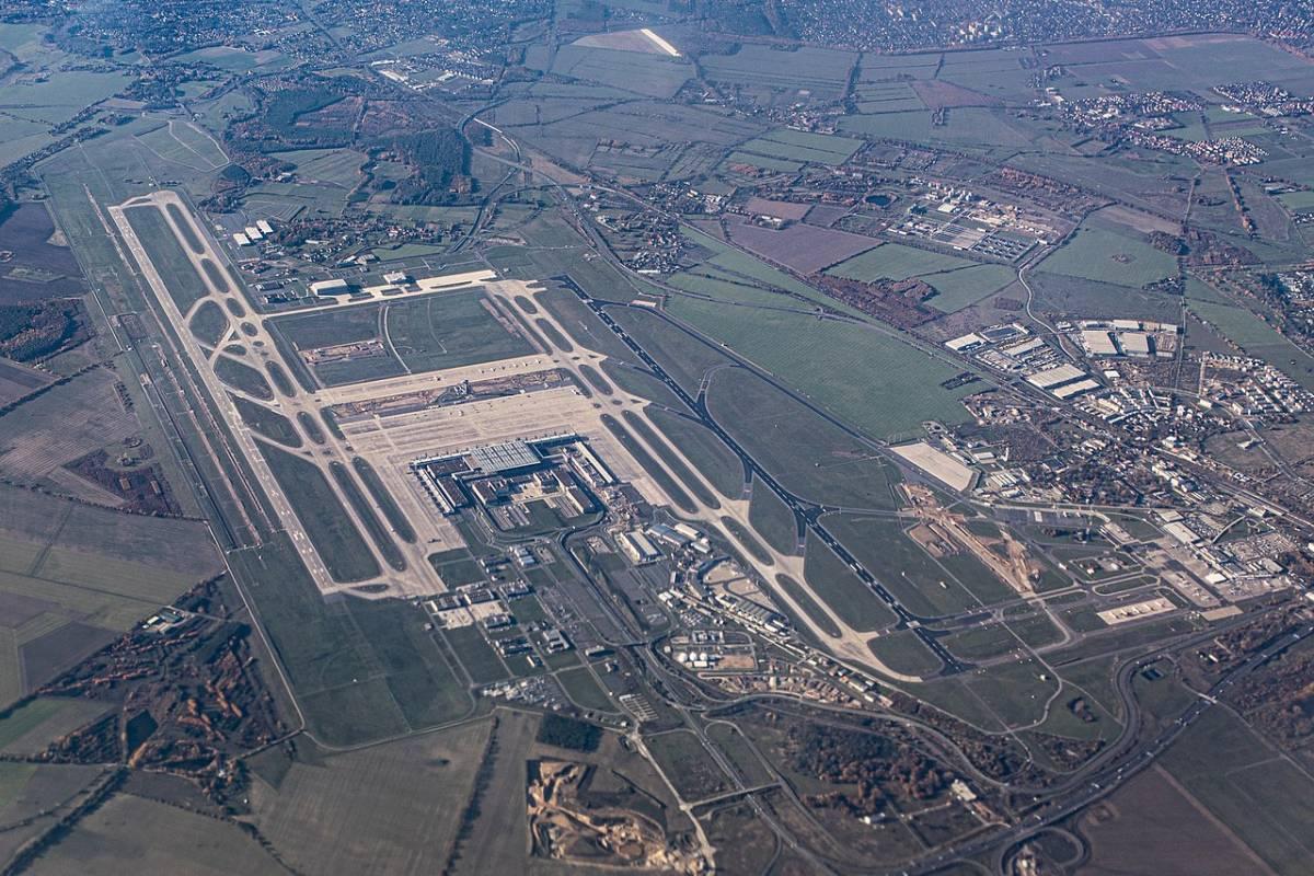 """Decolla """"Ber"""", il nuovo aeroporto di Berlino. Ma ha già le gomme a terra e le casse vuote"""