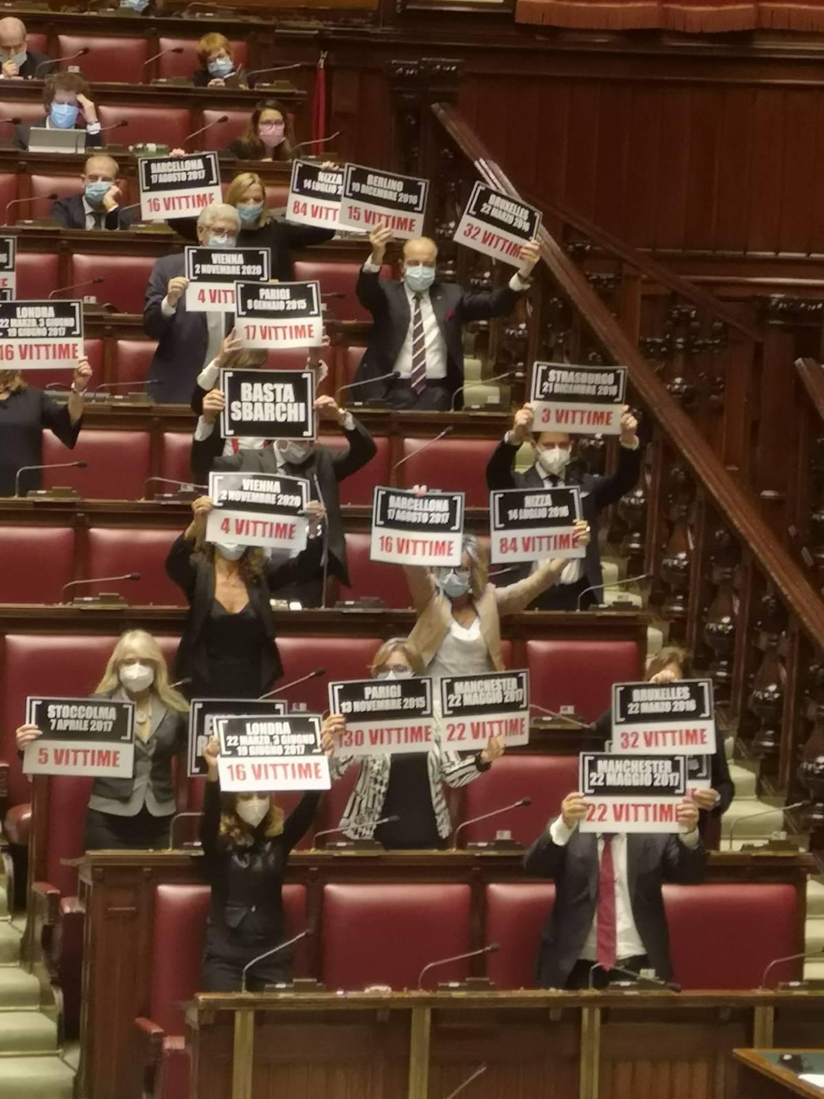 """""""Basta con gli sbarchi"""": i cartelli Fdi alla Camera per ricordare attentati"""