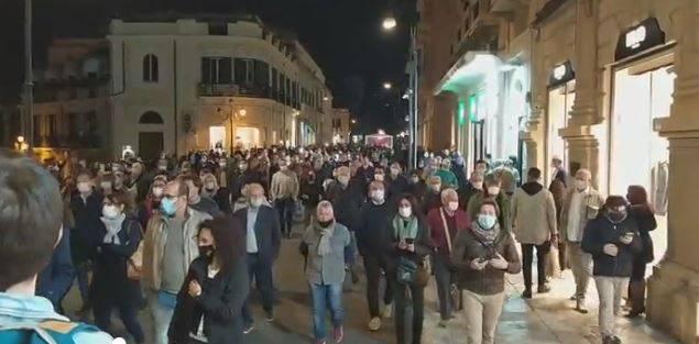 Calabria, rivolta anti lockdown: un carabiniere ferito alla testa