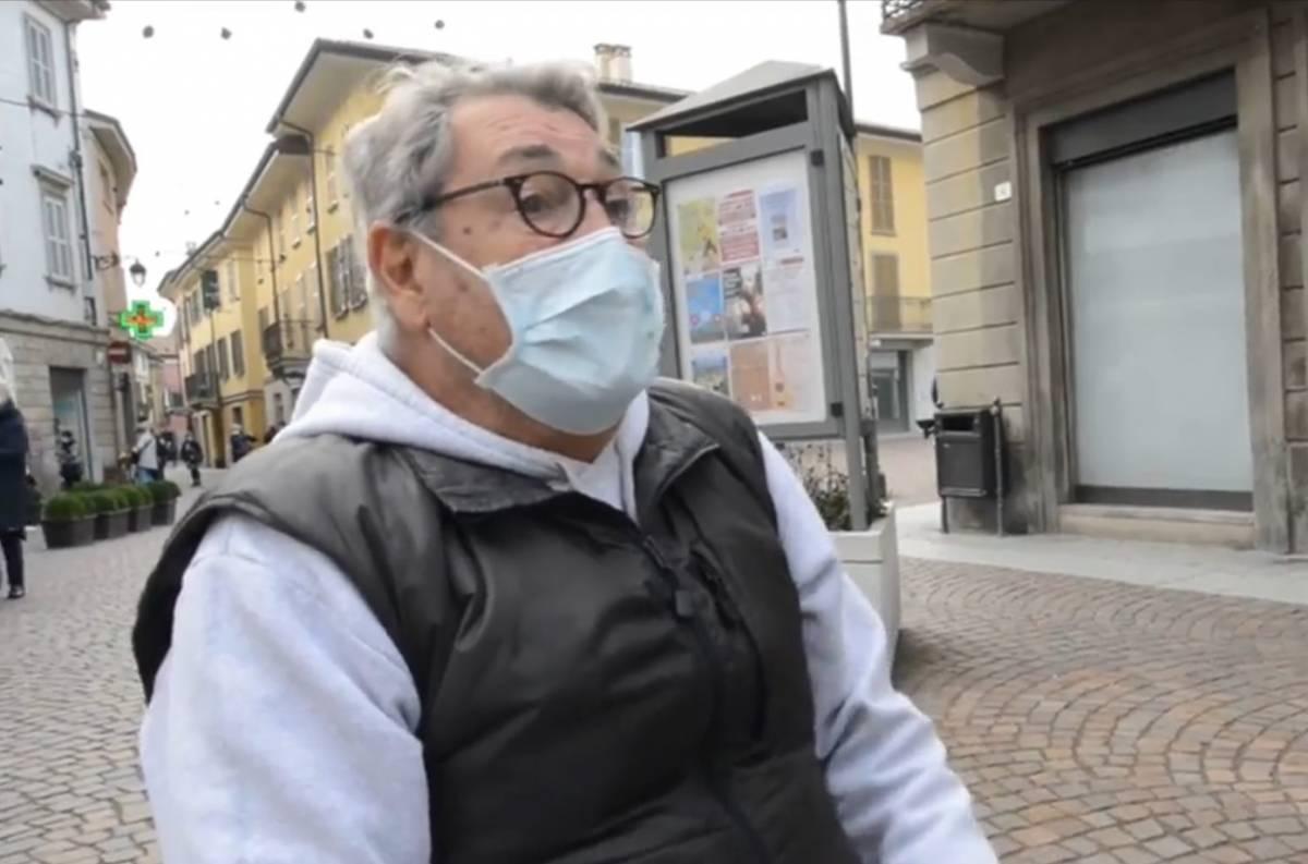 Anziano legge il giornale in piazza, scatta la multa da 400 euro