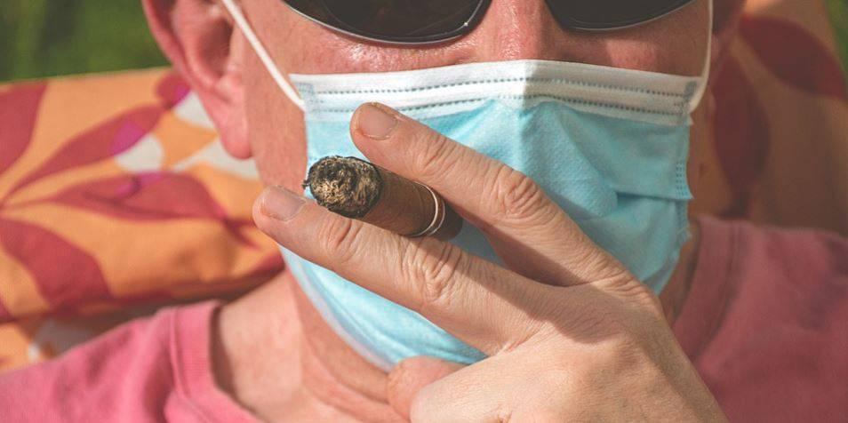 Coronavirus, nuove disposizioni: c'è anche il divieto di fumare in strada