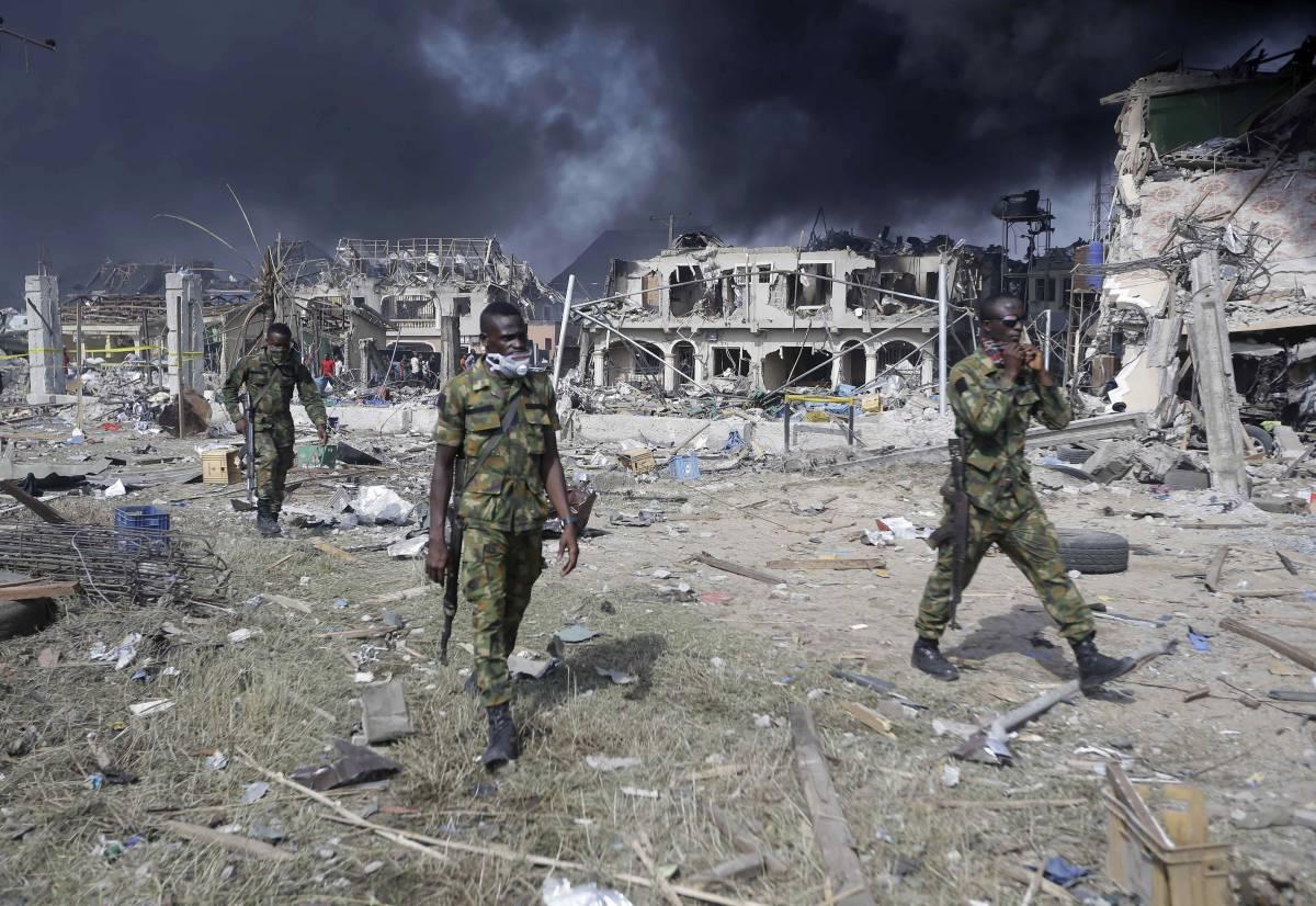 Militari nella zona di un oleodotto esploso a Lagos, in Nigeria