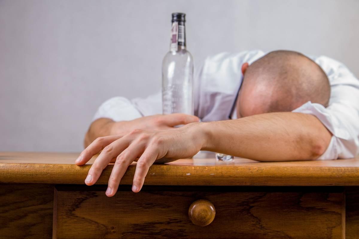 Abuso di alcol, ansia e depressione: così si insinua il Covid