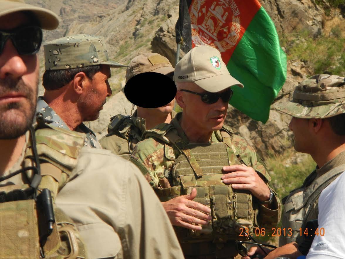 Il generale Giorgio Battisti in Afghanistan insieme a un interprete