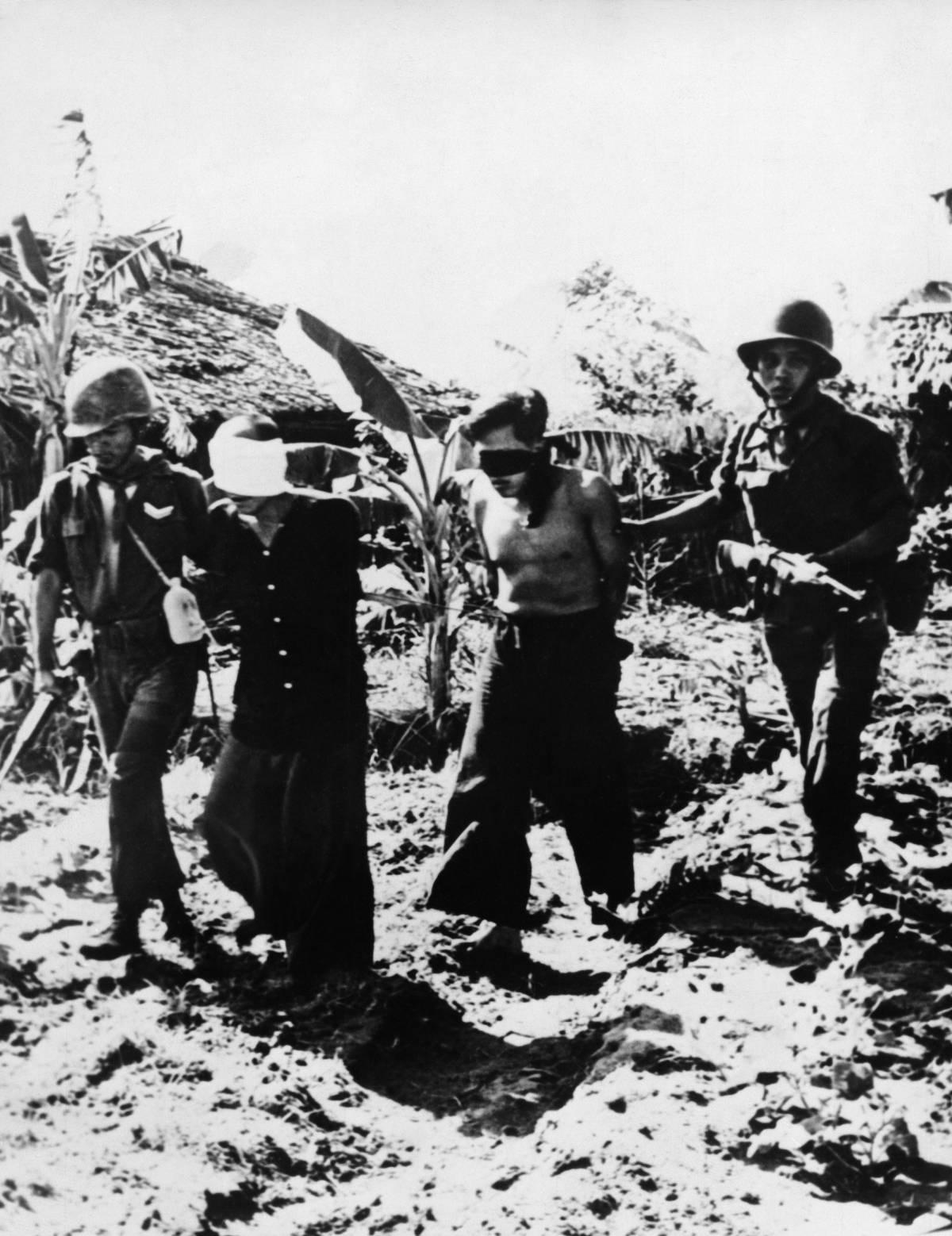 Braccio teso e pistola alla tempia: la foto che cambiò la guerra in Vietnam