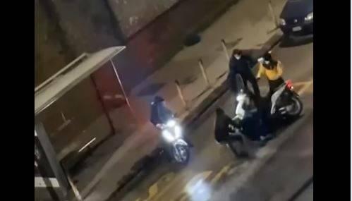 Napoli, orrore in strada: rider picchiato e rapinato da 6 malviventi