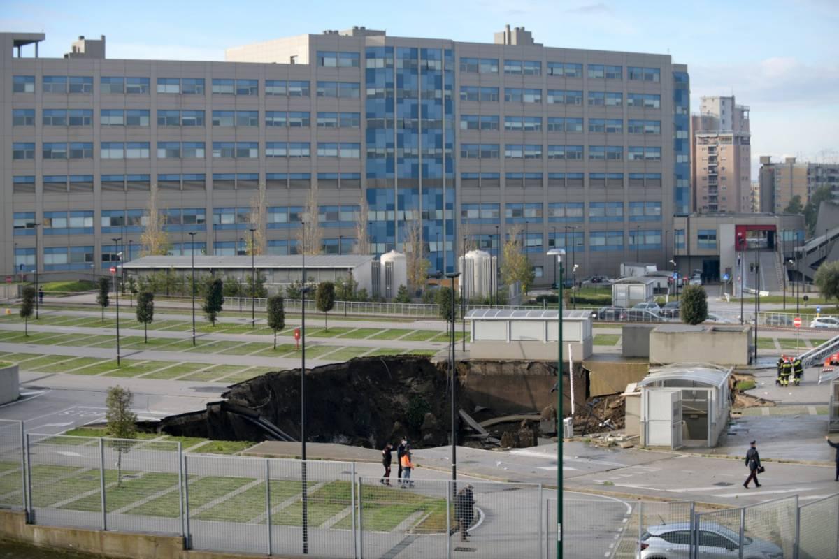 Napoli, voragine al parcheggio dell'ospedale Del Mare. Le auto vengono inghiottite