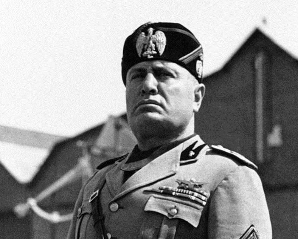 """Sul quotidiano spunta il necrologio per Mussolini: """"Sempre in noi presente"""""""