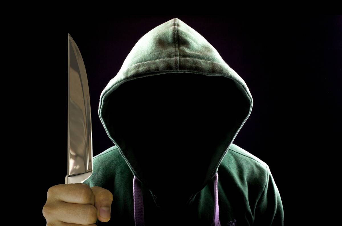 Prostituta accoltellata in strada: caccia all'assassino
