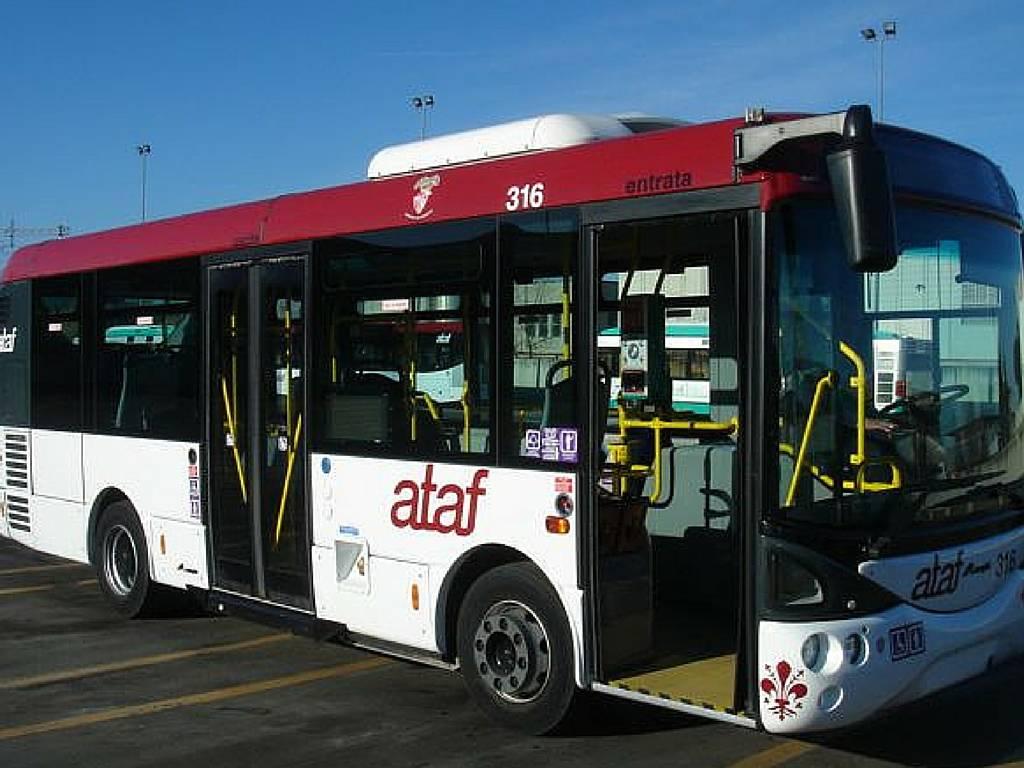 Terrore sull'autobus, egiziano ferisce 2 persone con coltello