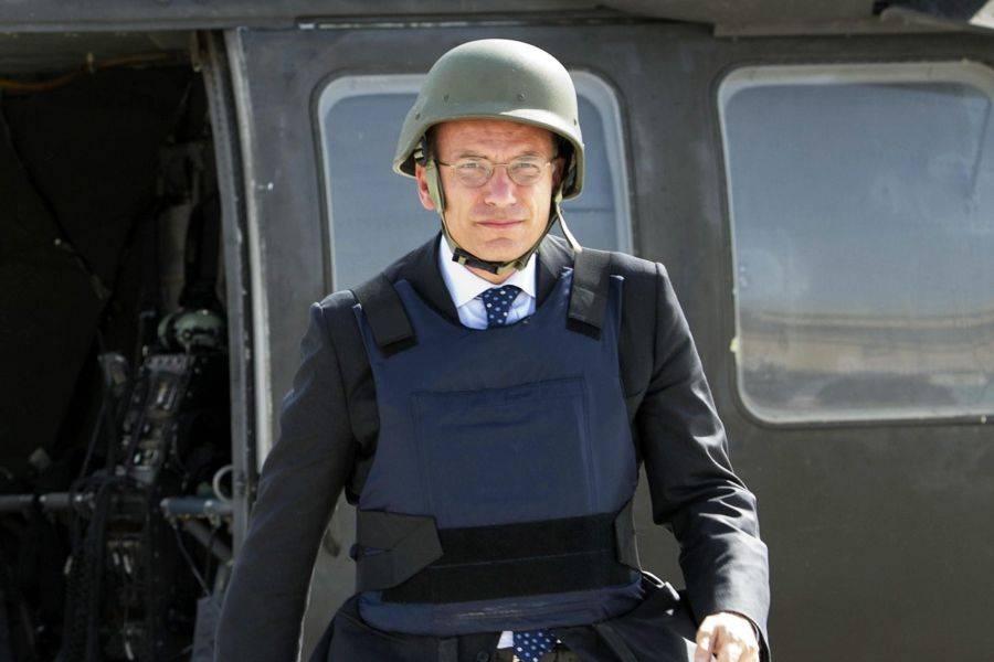Enrico Letta indossa l'elmetto e la Dadone i tacchi a spillo