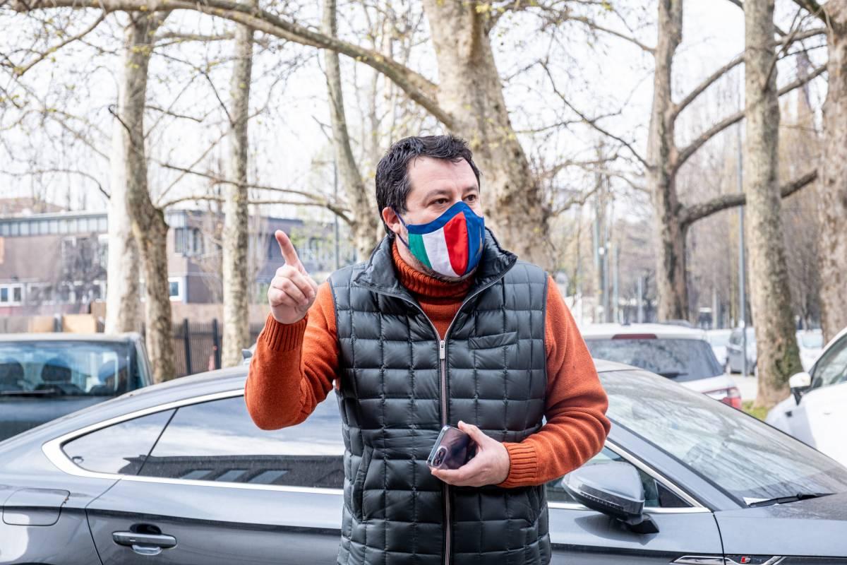 """Salvini insiste: """"Riaprire dopo Pasqua"""". Stop di Speranza: """"Priorità ai vaccini"""""""