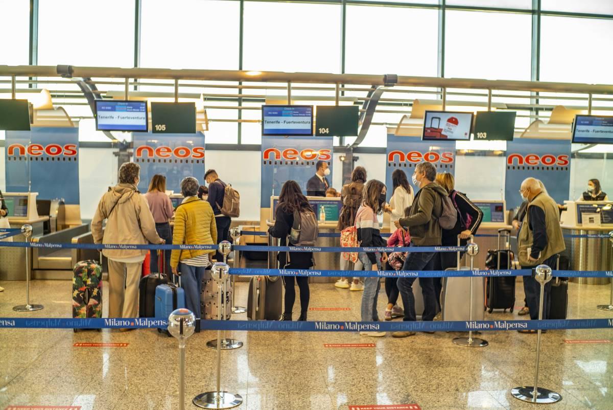 Cambiano le regole per viaggiare: stop a tamponi e quarantena