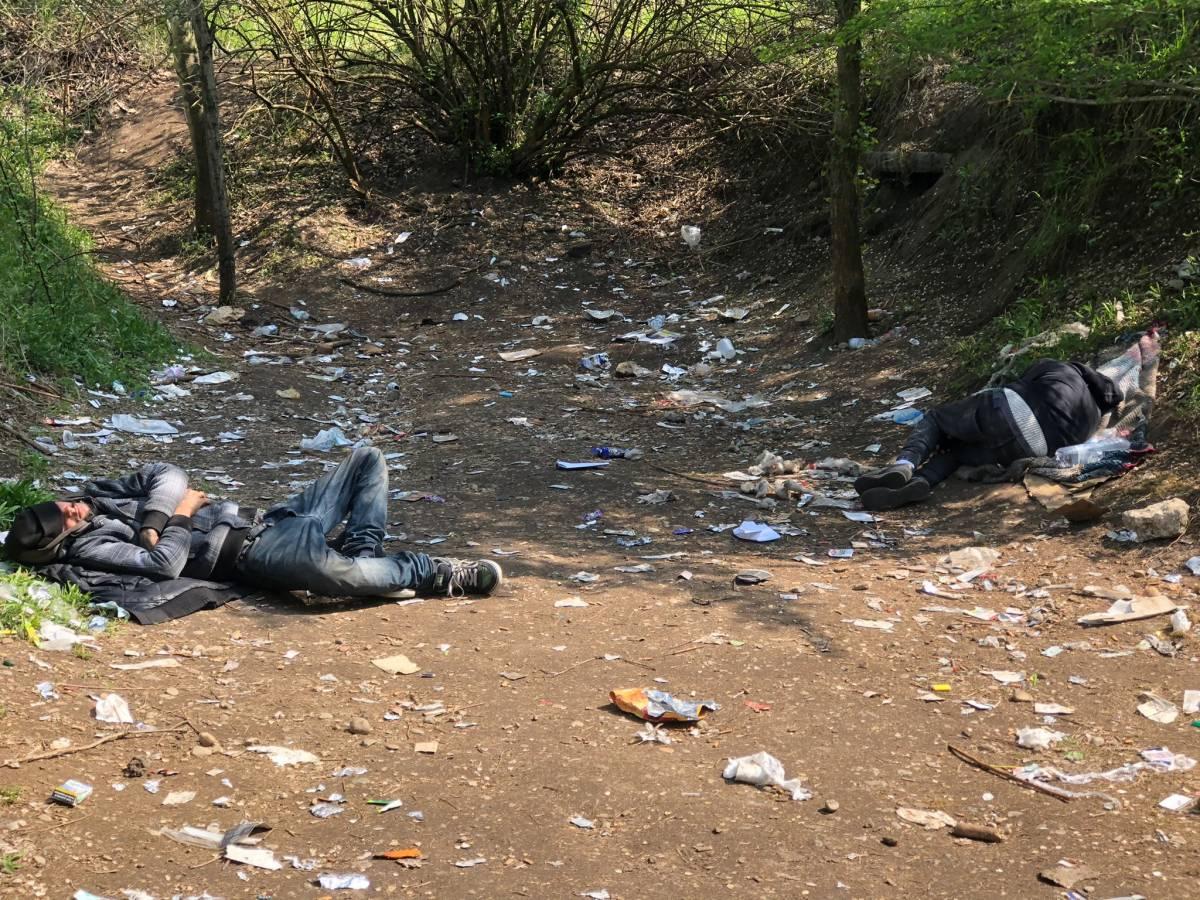 Il nuovo boschetto dell'eroina: le immagini choc della cascina occupata