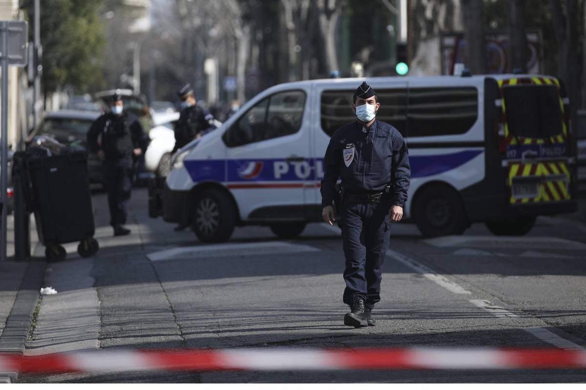 """Francia, entra in un commissariato e uccide una poliziotta: """"Ha urlato 'Allah Akbar'"""""""