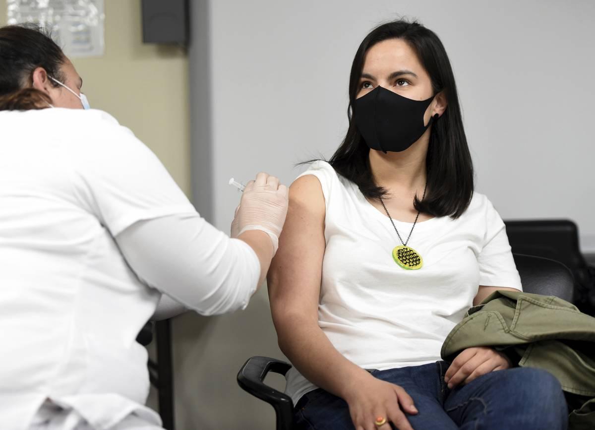 """Scoppia il caos vaccini: """"Pfizer dopo 21 giorni"""". AstraZeneca per 50enni"""