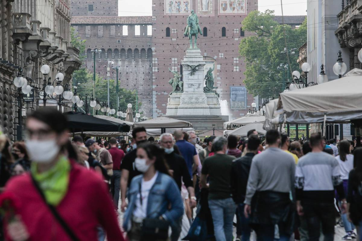 Mix, mascherine e stato d'emergenza: la zuffa dei virologi