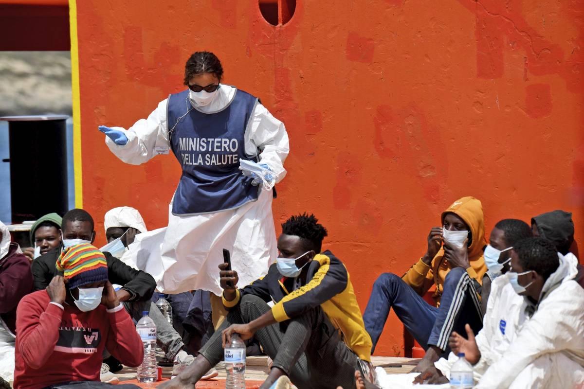 Cinque navi quarantena per 3.500 migranti: ecco il piano del Viminale