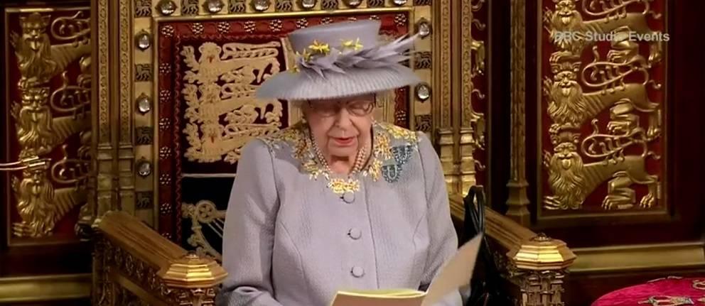 La Regina riappare in pubblico. Scompare il trono di Filippo
