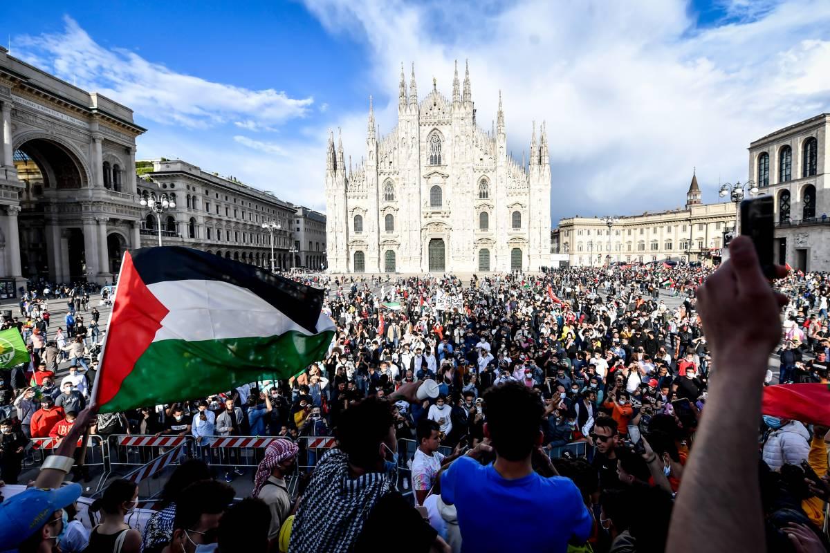 """""""Allah Akbar"""" e bandiere israeliane bruciate: ecco la piazza pro Palestina"""