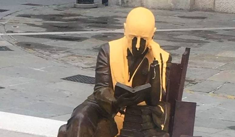Il vergognoso gesto su D'Annunzio: imbrattata la statua