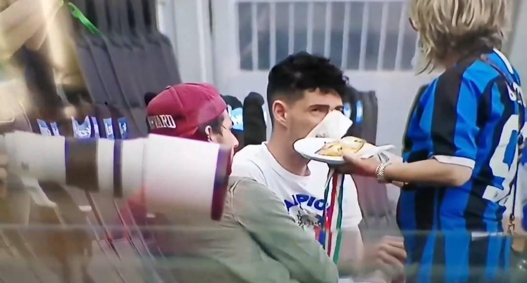 Bastoni mangia la pizza: il gesto della madre alla festa dell'Inter
