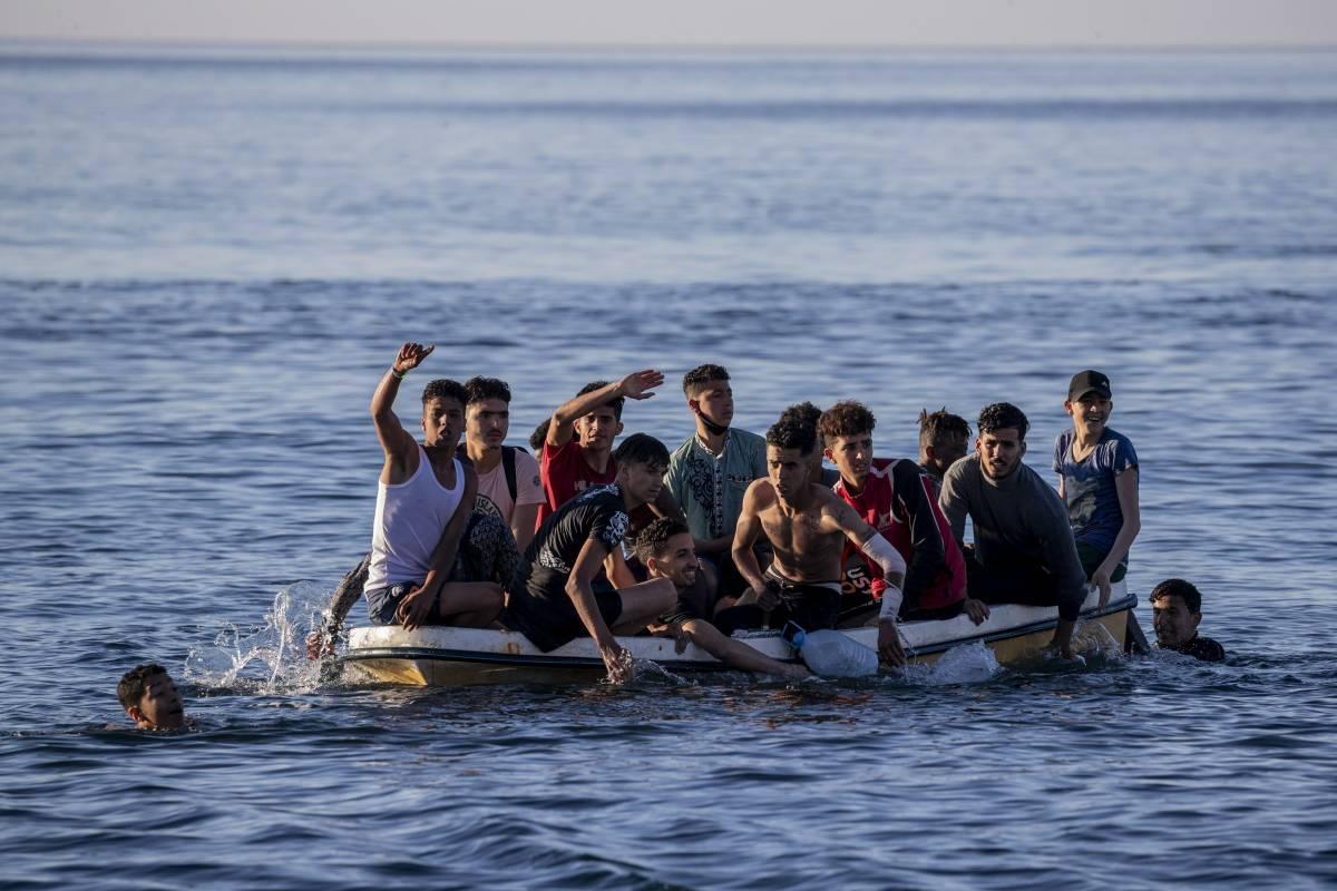 """""""Cimitero riservato ai migranti"""". Lo schiaffo del sindaco pro accoglienza"""