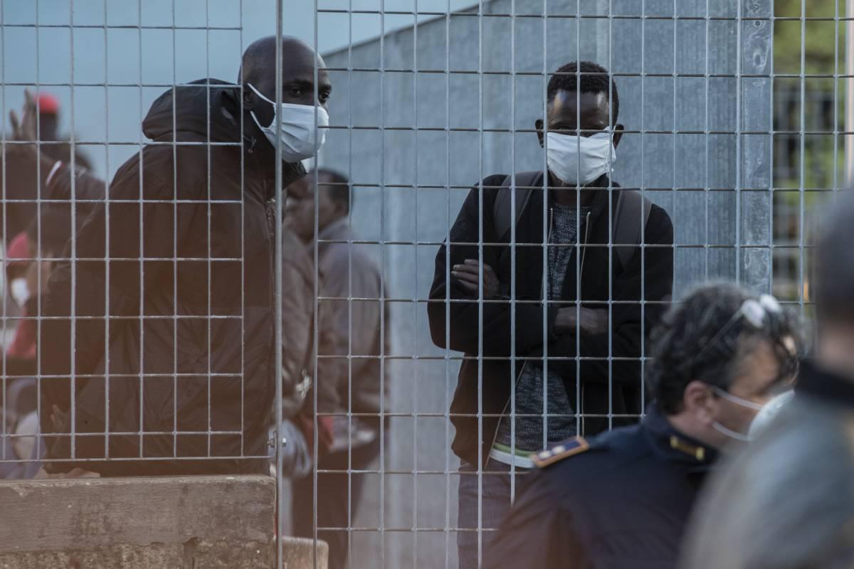 Bomba stranieri sulle vaccinazioni: 700mila irregolari fuori dalle liste