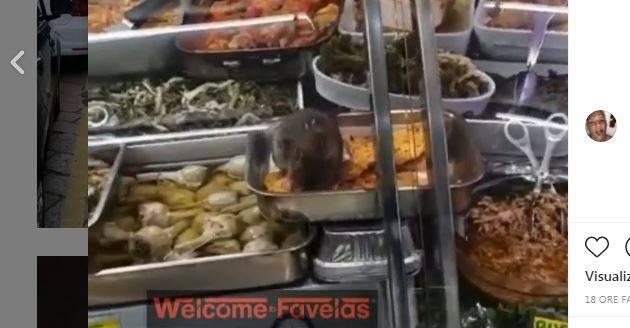 """Il topo """"pranza"""" al supermercato: il video choc a Roma"""