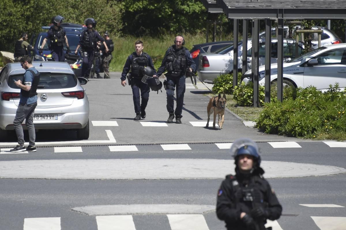 """Francia, follia e Corano """"Islamico radicalizzato"""" accoltella una poliziotta"""