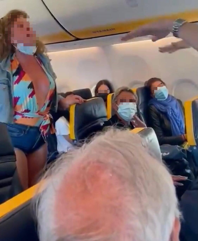 """""""La mascherina? 'Sta lesbica di m..."""": caos in volo tra sputi, insulti e minacce"""